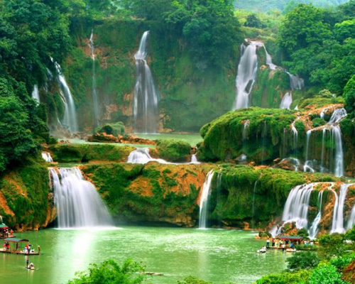 Thác Bản Giốc được bao quanh bởi những đỉnh núi đá vôi nằm giữa Việt Nam và Trung Quốc