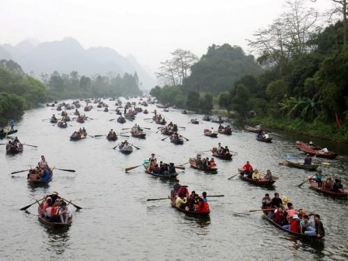 Du khách có thể vãn cảnh trên dòng suối Yến khi về chùa Hương lễ Phật.