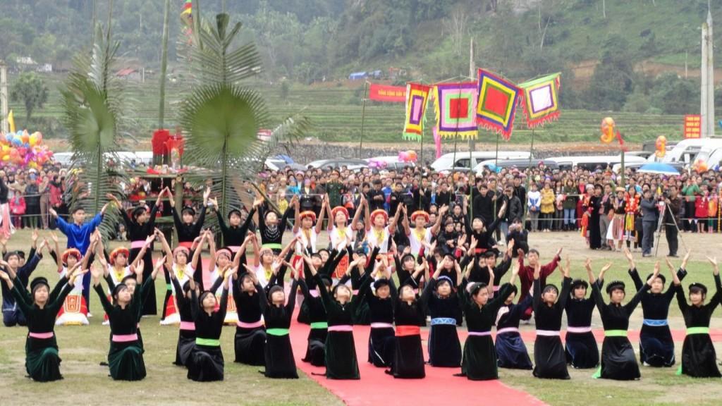 Các thiếu nữ dân tộc đang biểu diễn những điệu múa truyền thống