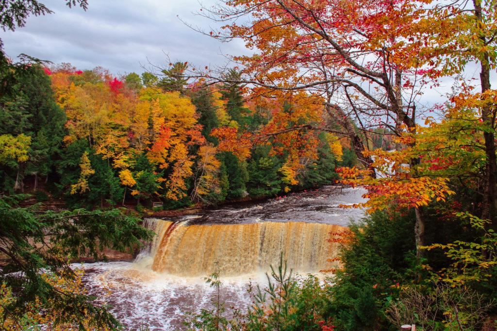Mùa thu rực rỡ bên thác nước Tahquamenon
