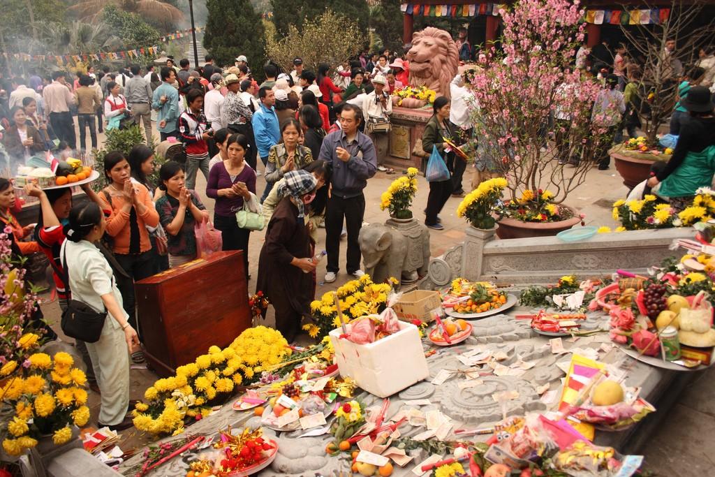 Một góc bàn thờ ở Yên Tử
