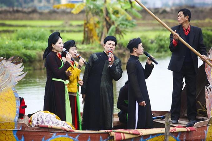 Các liền anh liền chị hát quan họ trên sông