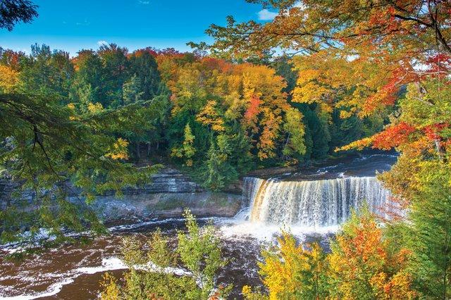 Sắc thu đẹp như một bức tranh tại thác nước Tahquamenon, Mỹ